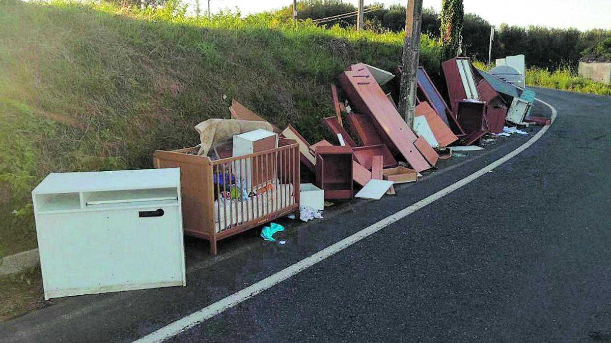 Vertido incontrolado de residuos, el pasado febrero, en Sada.  // La Opinión