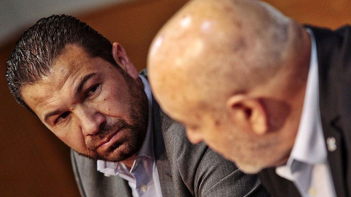 Juan Carlos Cordero mira a Miguel Concepción durante una rueda de prensa.