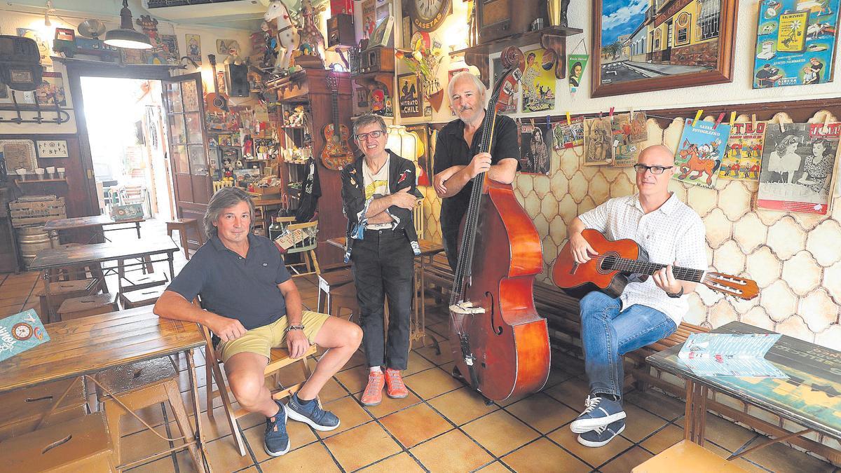 Los músicos Jorge Julve, David Giménez, Roberto Artigas y Richi Martínez, el jueves en la taberna Vinos Chueca de Casetas, cuartel general de Carbonell y sus amigos más allegados en los últimos años.