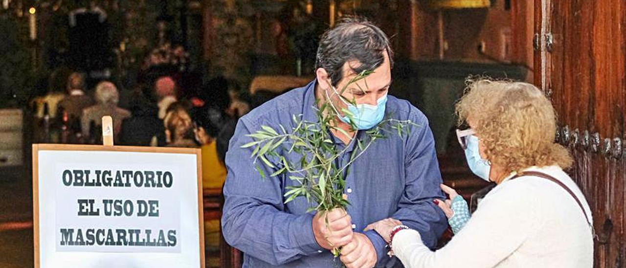 Las ramas de olivo estaban prohibidas ayer en San Telmo.     JOSÉ CARLOS GUERRA
