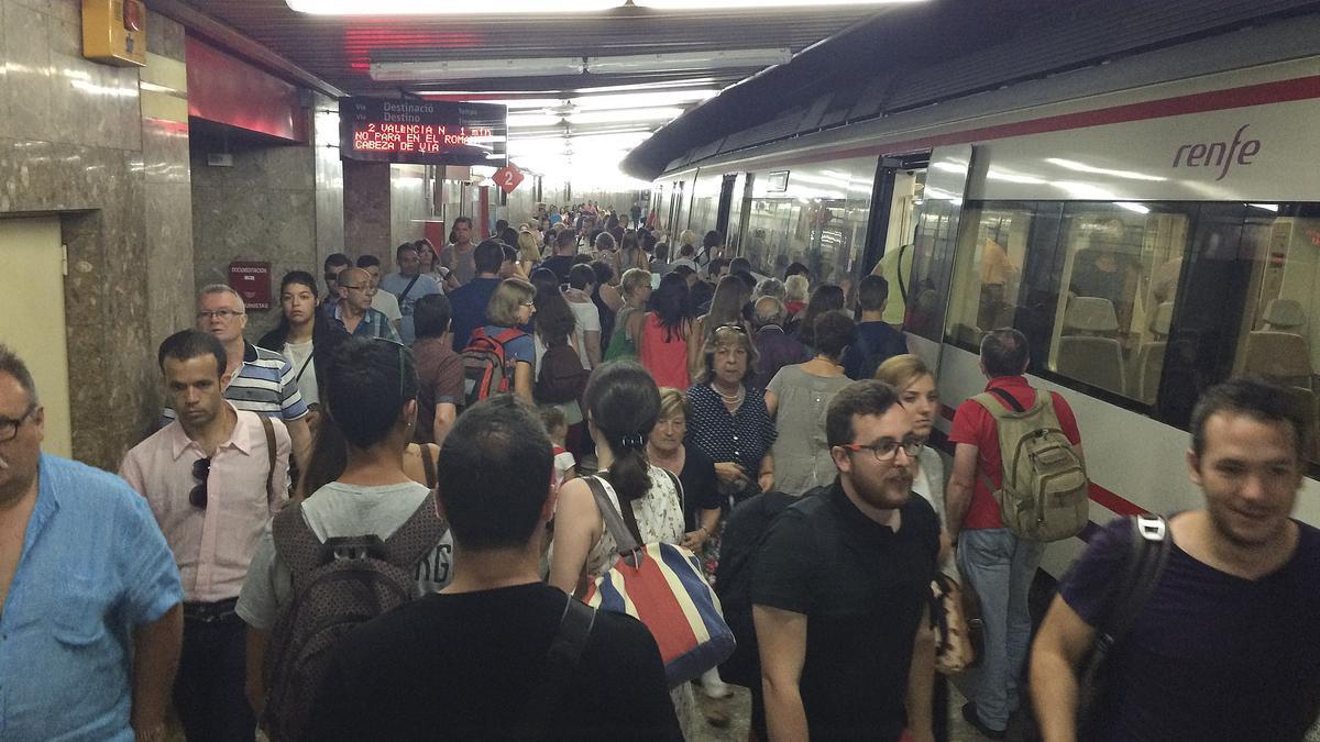 Un tren ple de passatgers, a l'arribada a l'estació de Gandia