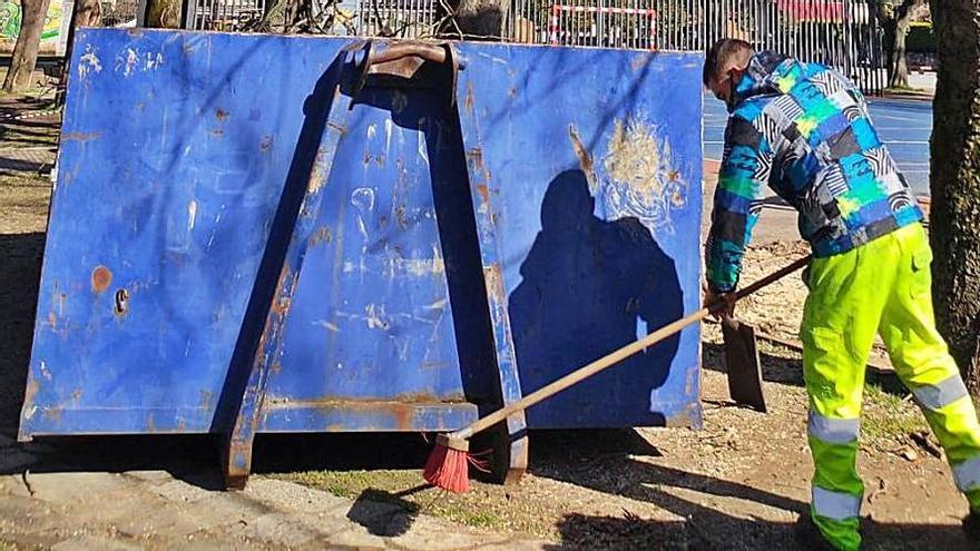 Laviana mejora la seguridad de La Pola con la poda de árboles
