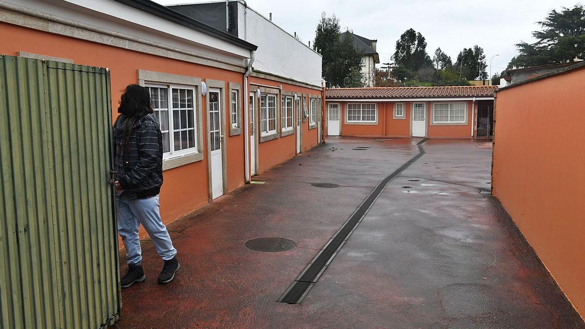 Galpones utilizados como infraviviendas, en A Zapateira.    // VÍCTOR ECHAVE