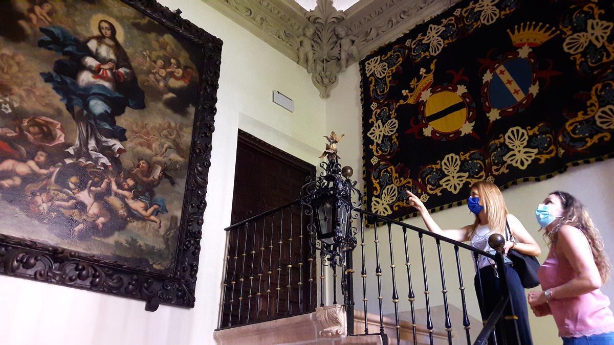 Rosa María Medina y María Huertas García en la escalera del Guevara.