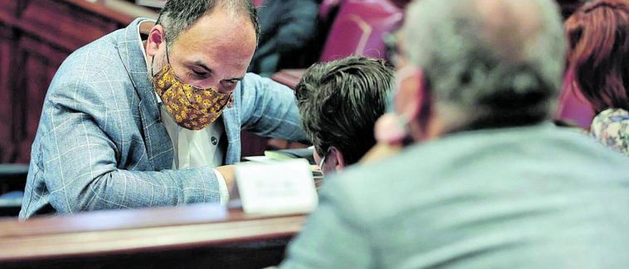 El consejero socialista José Antonio Valbuena, en un momento de la sesión de ayer. | | MARÍA PISACA