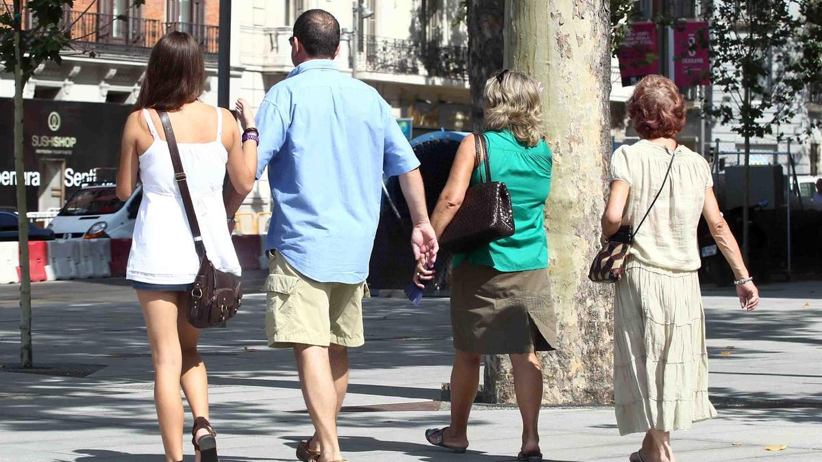 Una familia paseando.