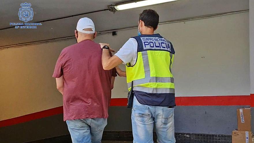 El detenido por las dos agresiones sexuales, custodiado por un policía. | CNP