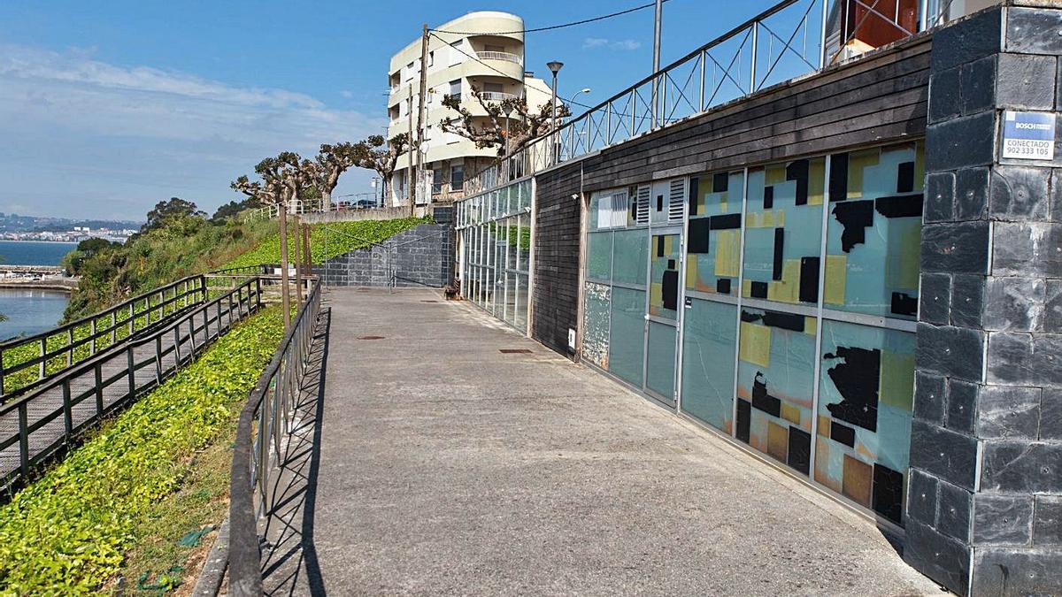 Acceso a O Vello Almacén frente a la playa de A Ribeira en Miño. |   // LA OPINIÓN