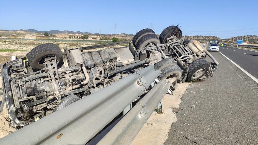Herido un camionero al volcar en la A-30 cerca del aeropuerto de Corvera