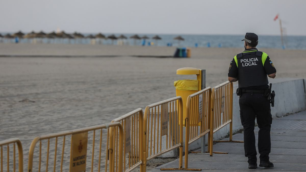Sancionados 15 jóvenes en la Malva-rosa por beber alcohol y jugar al vóley-playa