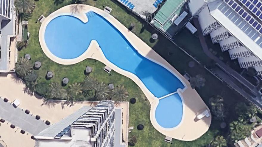 La piscina de unos apartamentos de Benidorm se ha vuelto viral en las redes sociales por su forma de pene.