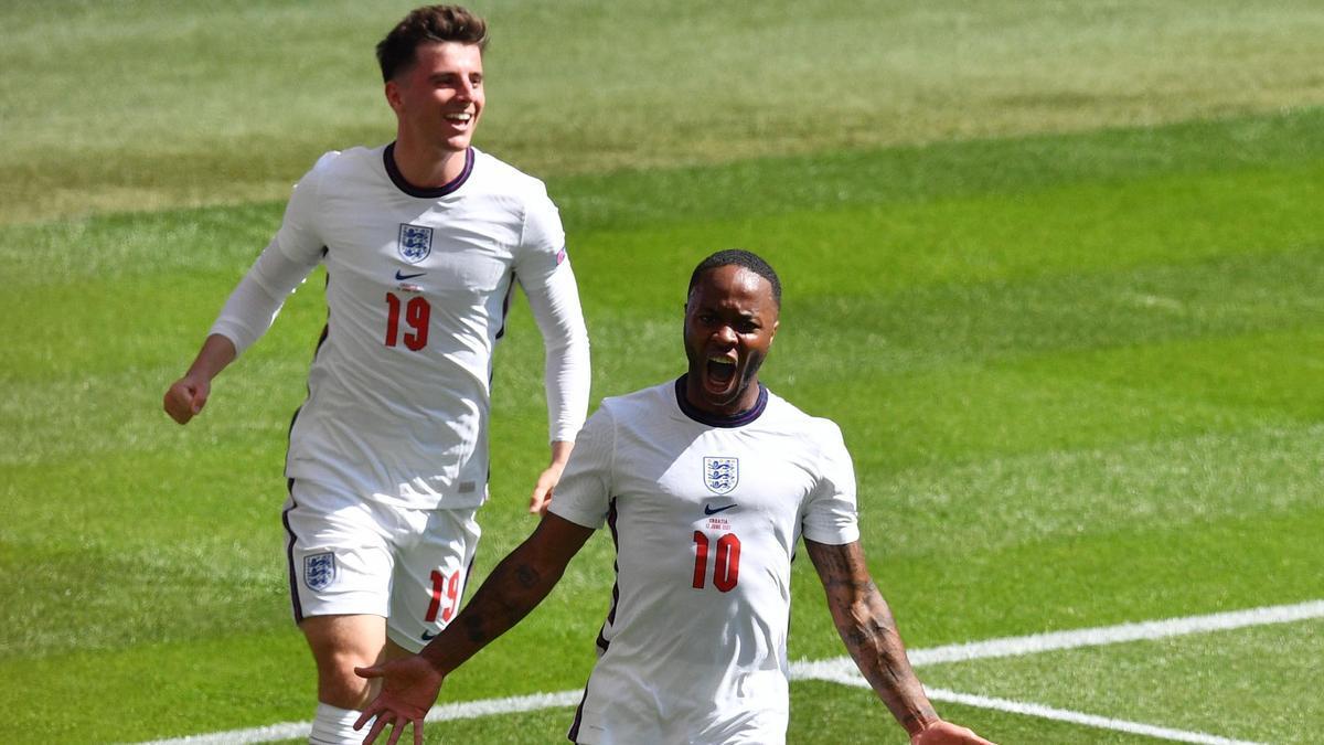 Sterling celebra el gol que dio la victoria a Inglaterra ante Croacia