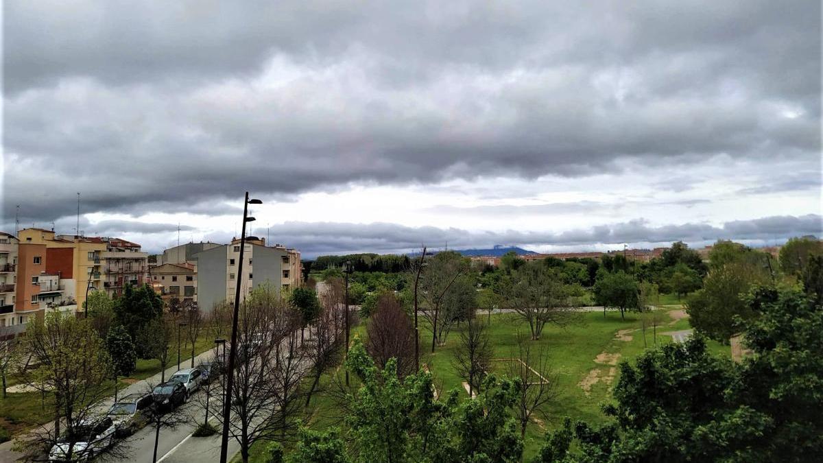 El cel tapat vist de Figueres cap a la serra de Verdera.