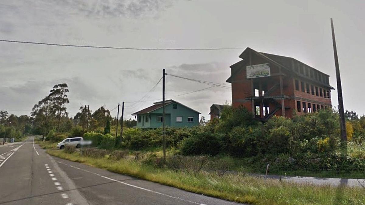 Edificaciones, dos de ellas inacabadas, incluidas en el sector industrial de Aranga.  | // LA OPINIÓN