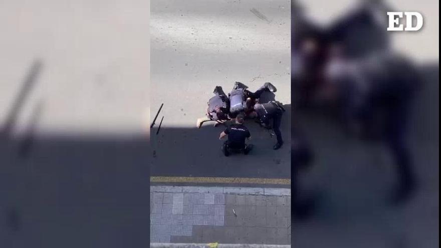 Disparan a un hombre desnudo con cuchillo en el casco de La Laguna