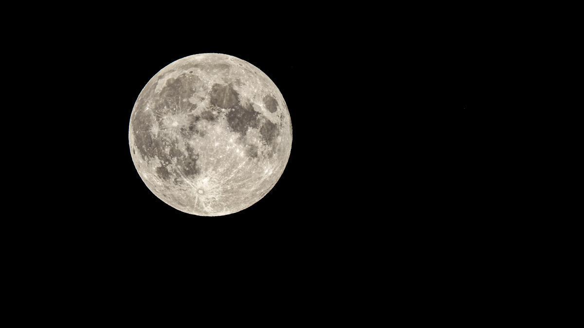 Luna casi llena, y tú me llenabas más que a medias; y ahora el cielo me cuenta las historias que yo le expliqué un día.