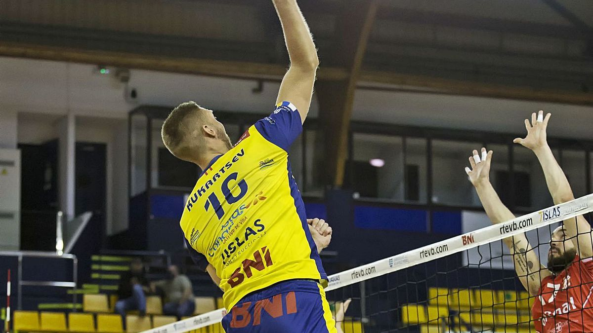 Pablo Kukartsev conecta un remate en el partido de ayer frente al Emevé en el CID. | | LP/DLP