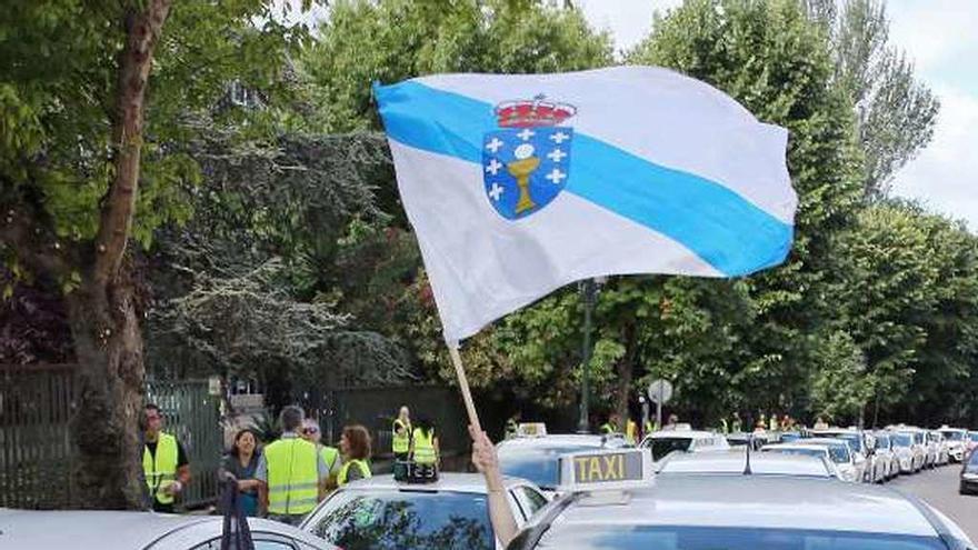 El gigante de las VTC y cuatro empresas llevan a la justicia la norma gallega del taxi