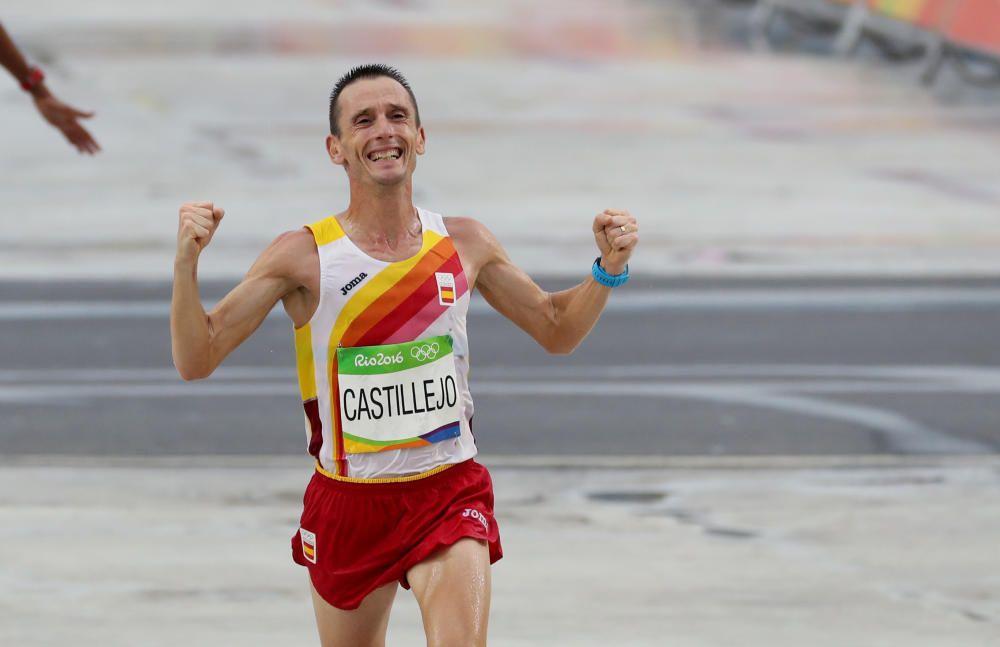 El atleta español Carles Castillejo cruza la meta en la maratón.