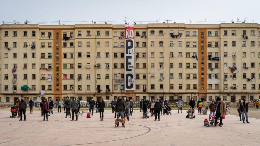 Los vecinos cuelgan una campaña gigante contra el hotel de 15 plantas en el Cabanyal