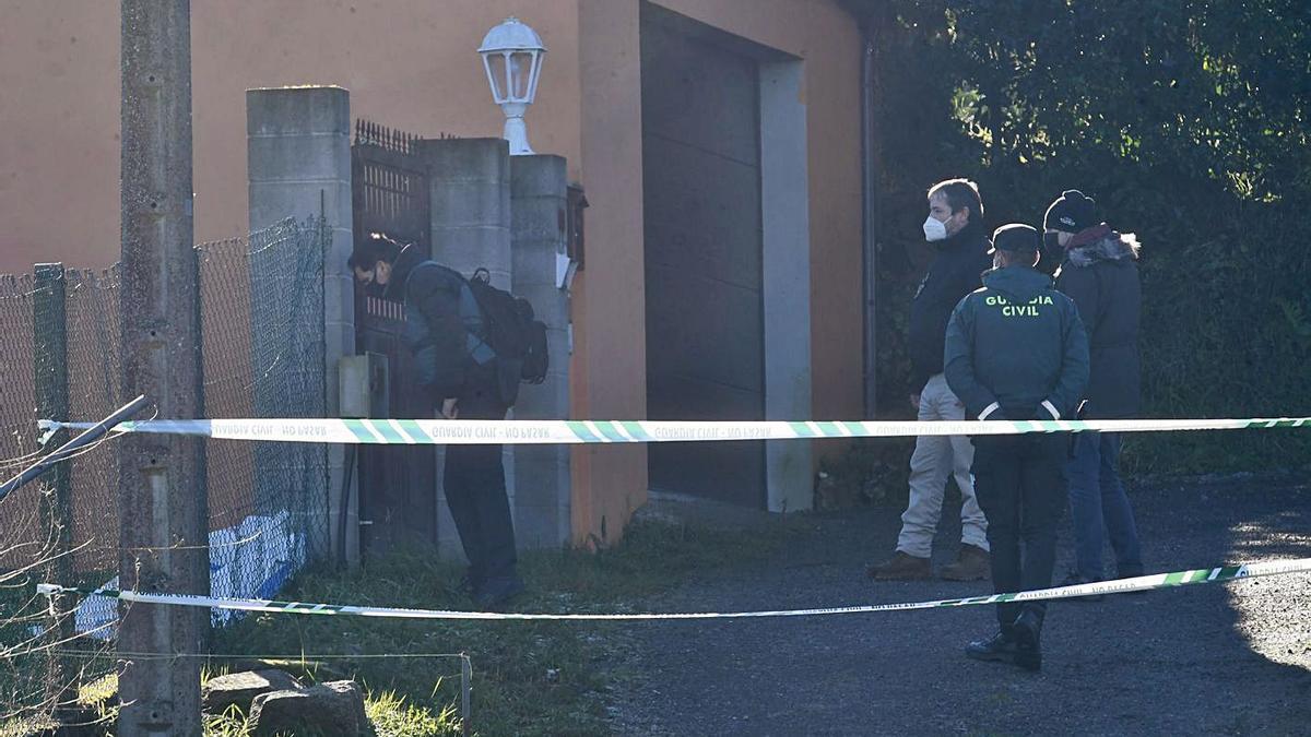 Agentes inspeccionan el portalón de la vivienda, por donde huyó supuestamente el detenido. |   // C. PARDELLAS