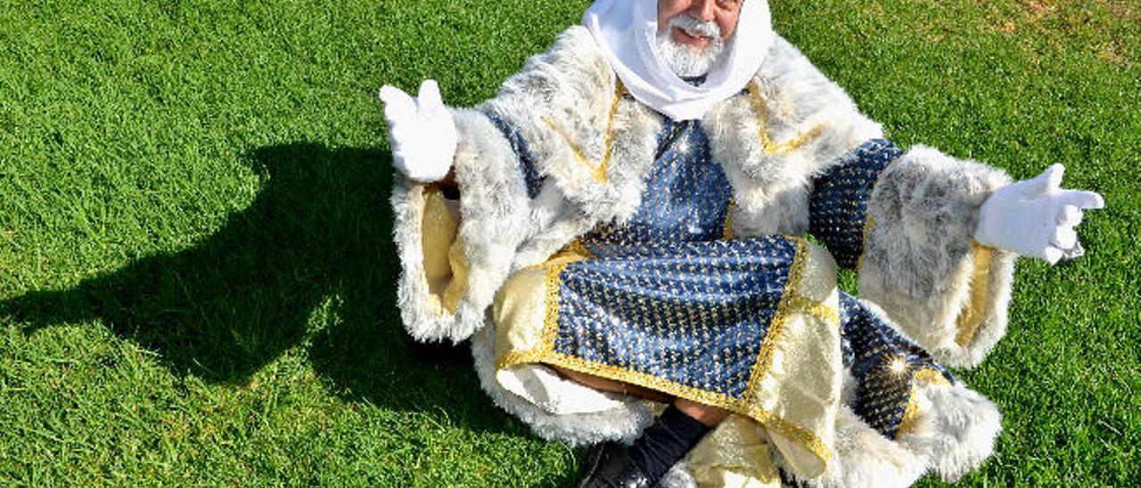 El Rey Melchor, ayer, recién llegado de Oriente a los jardines del centro del mayor de San Fernando de Maspalomas.