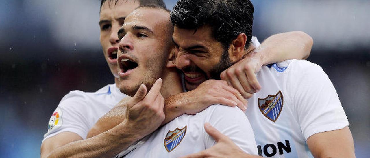 Sandro Ramírez celebra un gol ante el Deportivo abrazado por Miguel Torres y Federico Ricca.