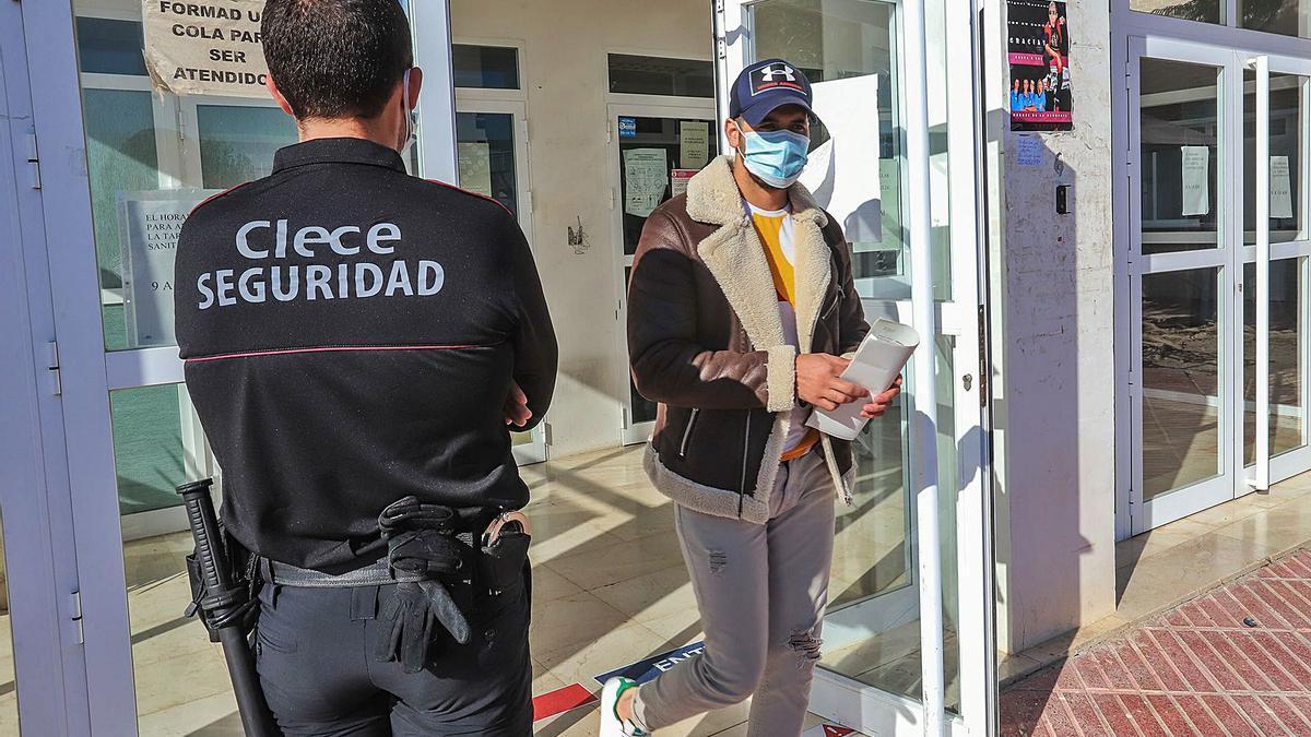 Vigilantes y cámaras de seguridad en los centros de salud de la Vega Baja por las amenazas a sanitarios