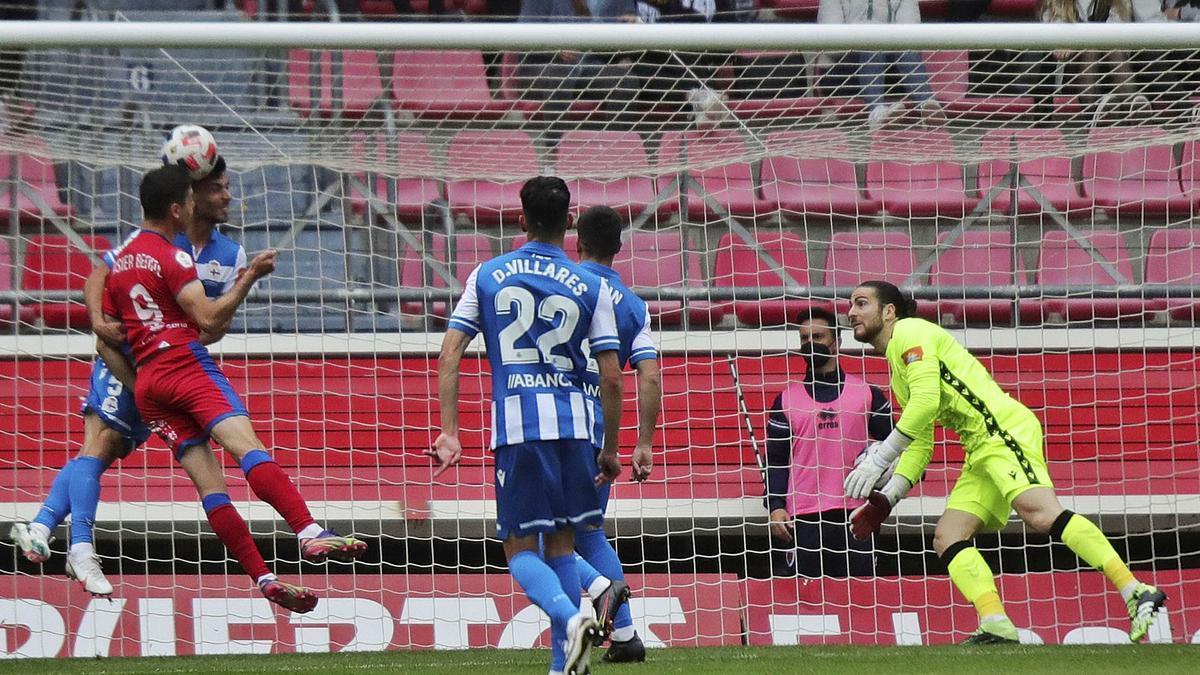 El portero Carlos Abad, a la derecha, observa cómo Asier Benito remata de cabeza. |  // LOF