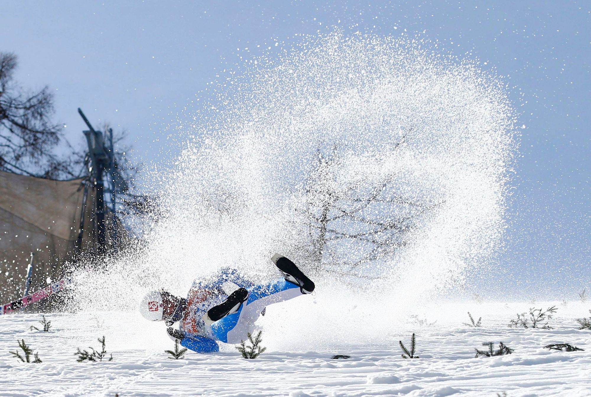 El saltador noruego Daniel Andre Tande cae tras un salto del Campeonato del Mundo en Eslovenia.