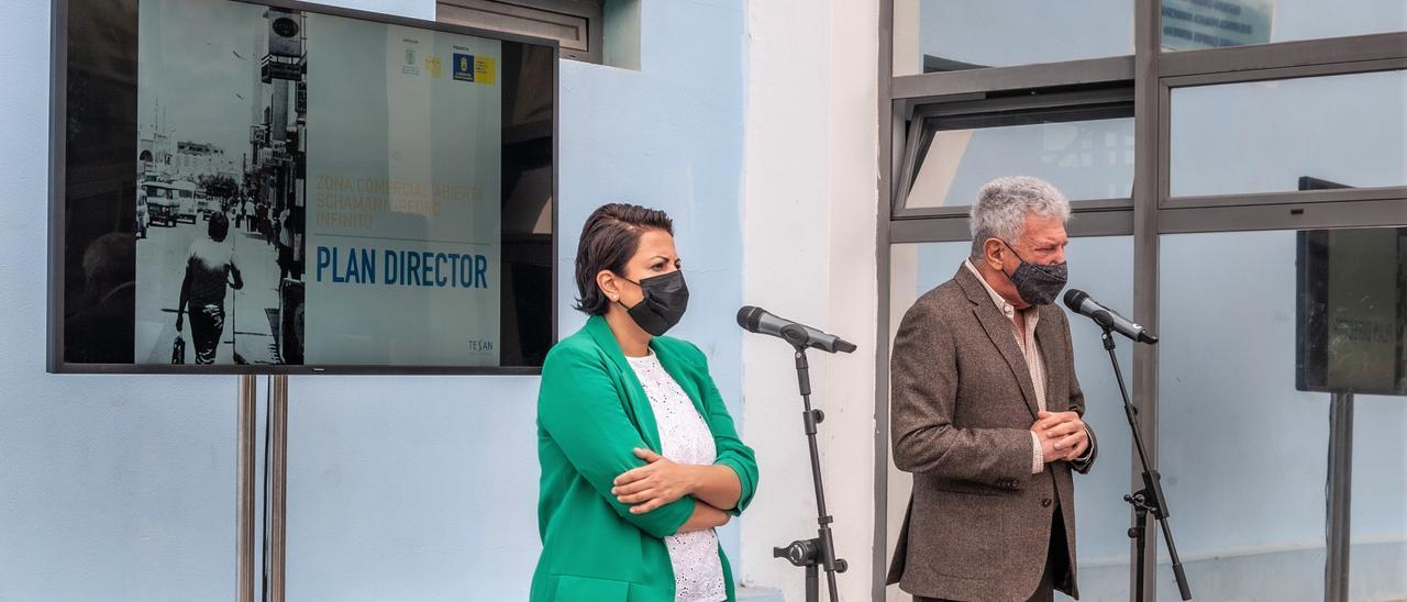 Minerva Alonso y Pedro Quevedo presentan el plan director de la zona comercial abierta de Schamann