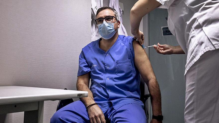 Miguel Lázaro: «Han vacunado a directivos cuando falta gente de Urgencias»
