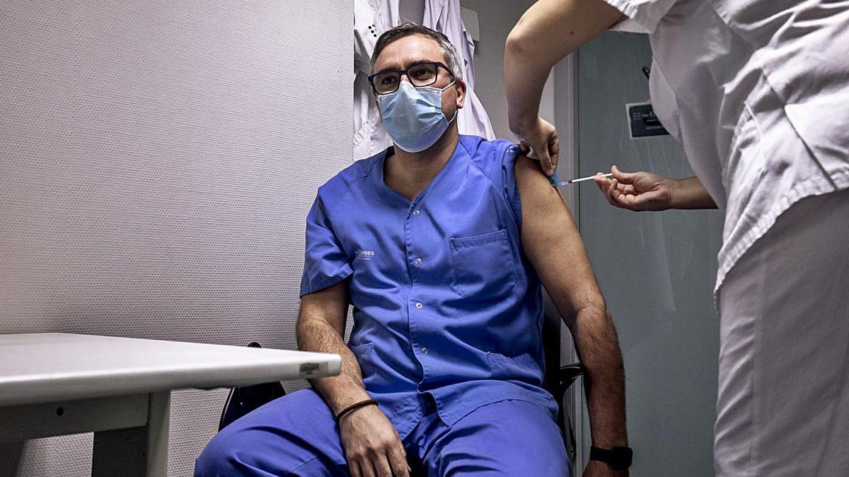 Lázaro: «Han vacunado a directivos cuando falta gente de Urgencias»