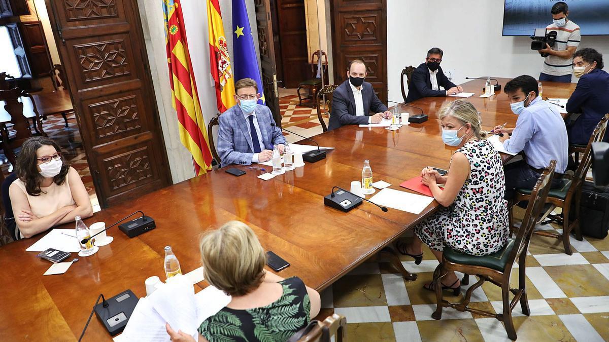 Imagen de la reunión de la  Mesa Interdepartamental  del Consell, ayer. GVA