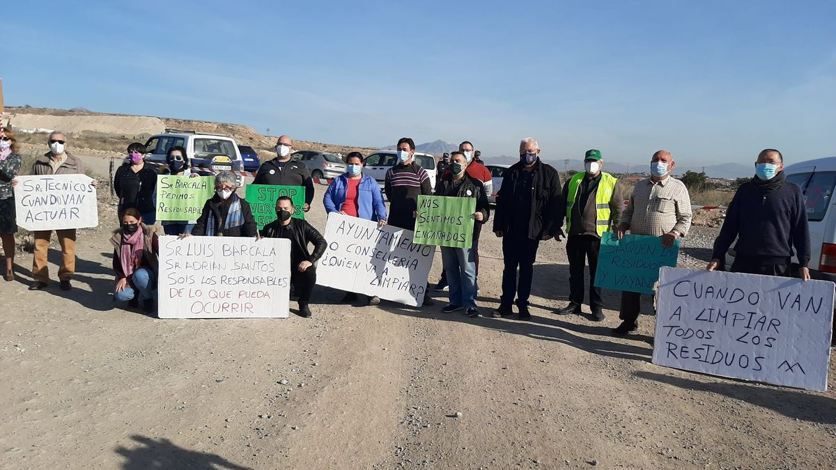 Protest this morning before the waste plant of neighbors and councilors calling for the closure of the plant, which has already been decreed