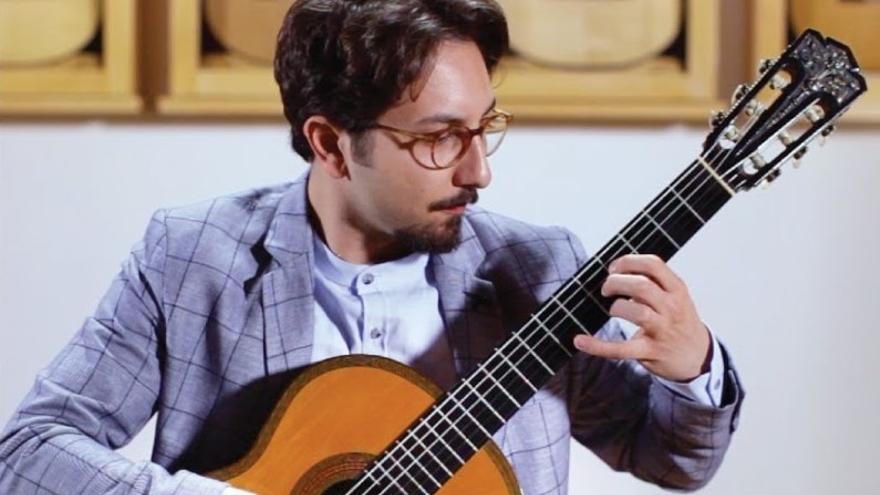 El guitarrista Cecil Refik Kaya actua a la basílica de Santa Maria de Castelló