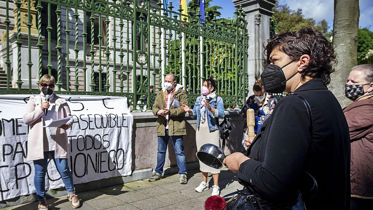Padres de alumnos del colegio de Olloniego afectados por la subida del precio del comedor escolar, ayer, ante la Junta General del Principado.   Nazaret Quintas