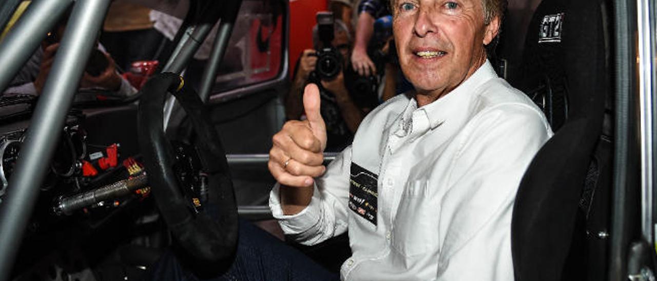 José Mari Ponce, en una imagen de archivo, en el interior del Seat 600 JTR, su actual montura.