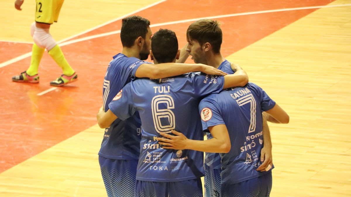 El Peñíscola celebra uno de sus cuatro goles a ElPozo Murcia (3-4).