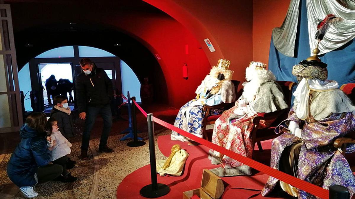 Los Reyes Magos escuchan con atención las peticiones de dos niños de Toro y de sus padres.   M. J. C.