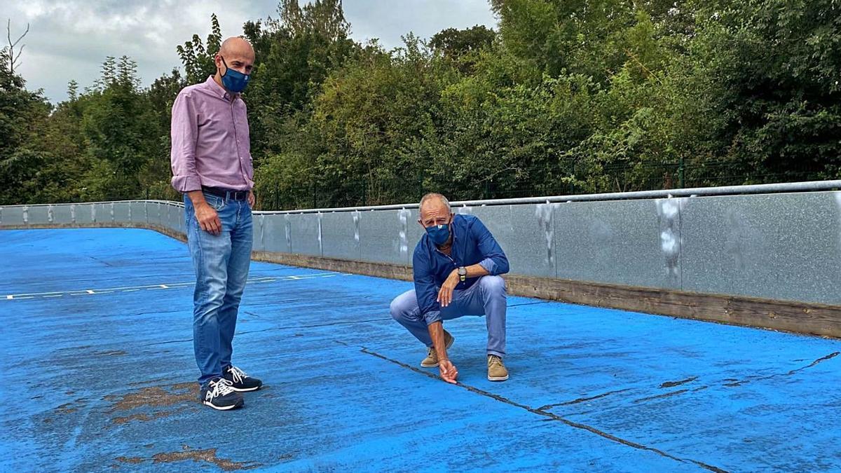 Por la izquierda, Virginio Ramírez, presidente del Patronato de Deportes, y el edil de Deportes, Jesús Abad, en la pista que se va a reparar. | A I.