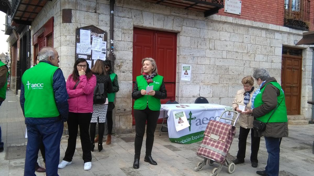 Voluntarios informan sobre el cáncer de colon en una campaña anterior de la AECC de Toro