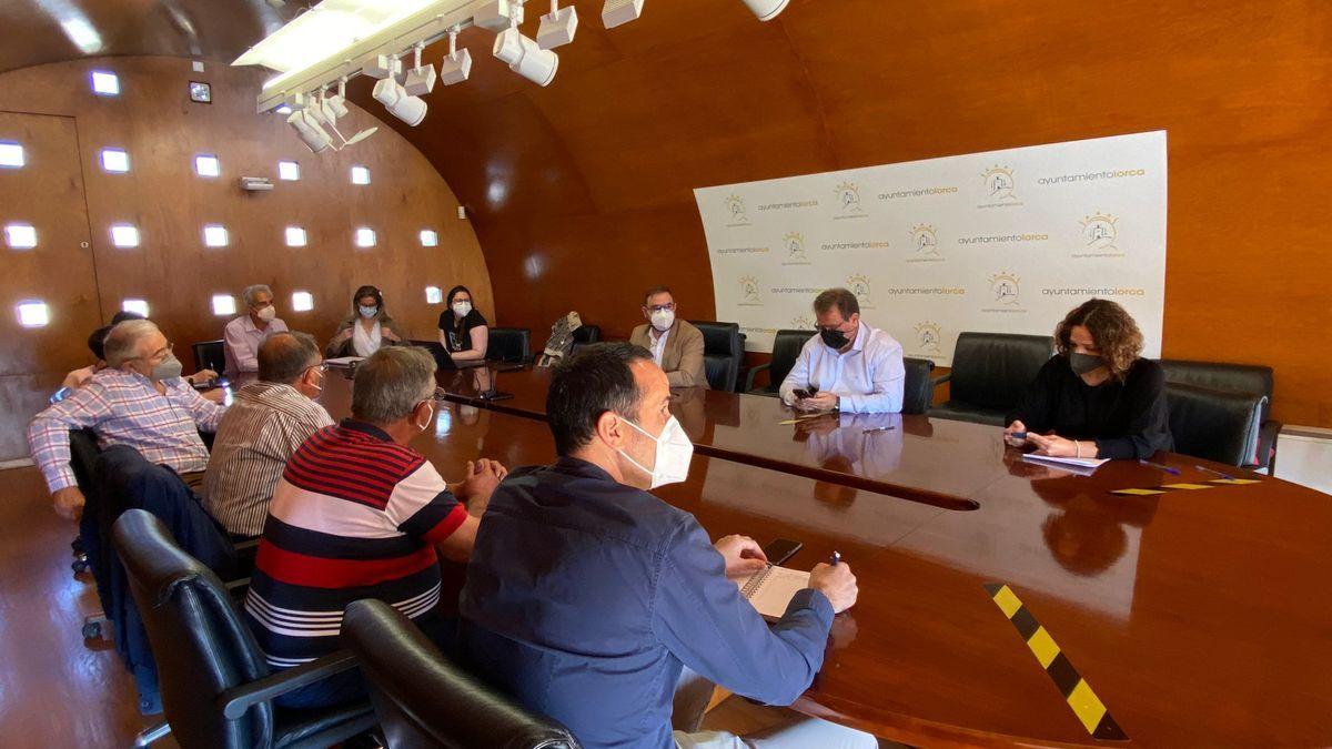 Reunión, esta mañana, entre los vecinos de Campillo y Torrecilla y el alcalde.