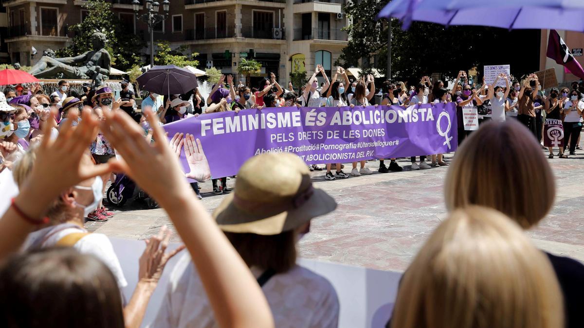 """Feministas se manifiestan contra la ley trans: """"¡Irene Montero, dimisión!"""""""