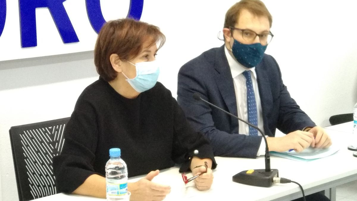Carmen Moriyón y Adrián Pumares, esta mañana en la sede de Foro