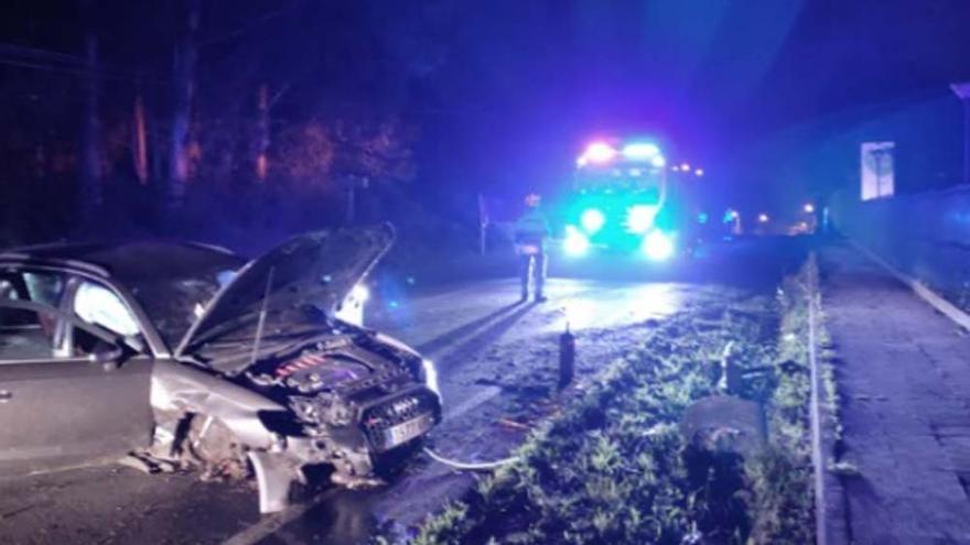 Un vehículo, con graves daños tras chocar contra una tajea de madrugada en Oleiros