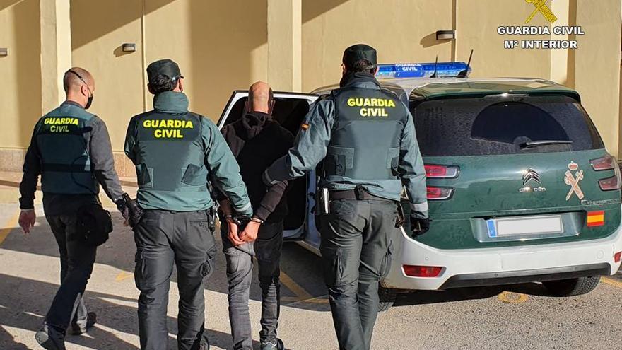 Ayudaba a sus víctimas a aparcar en las playas de Xàbia y Benitatxell y luego les desvalijaba el coche