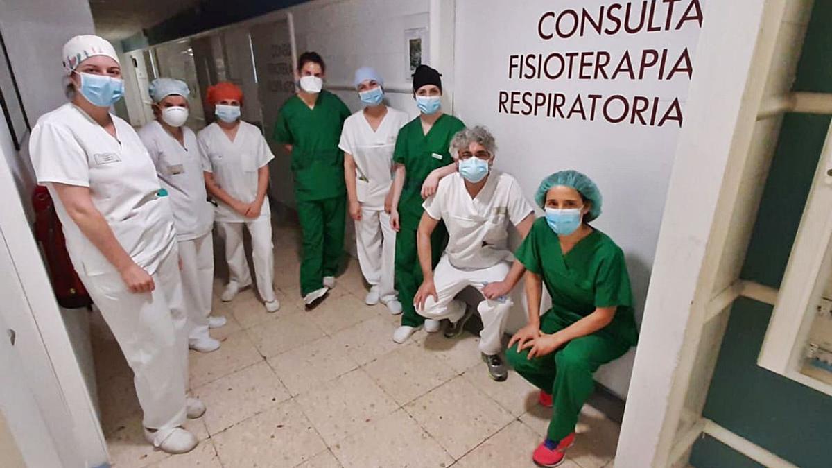 Parte del equipo de fisioterapeutas de la UCI del Hospital de A Coruña durante la pandemia.     // L.O.