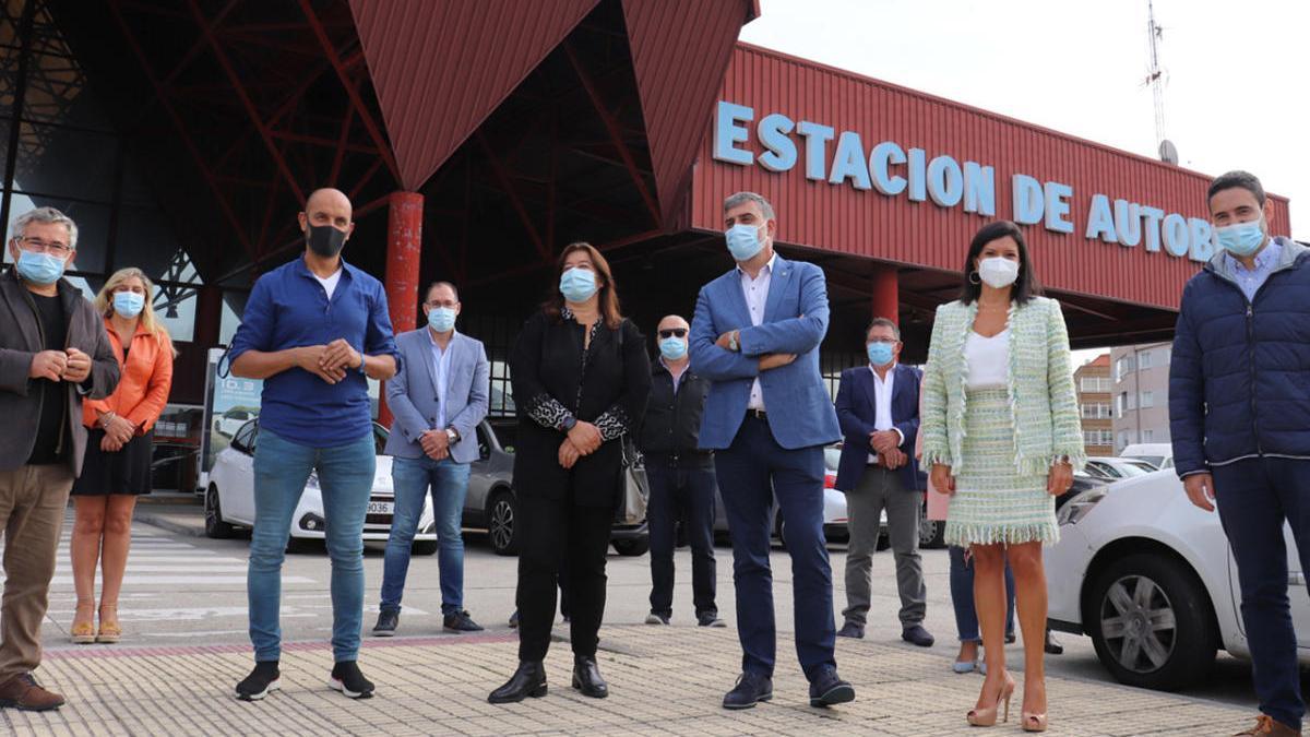 Los alcaldes del PP,  hoy delante de la estación de autobuses de Vigo. // FdV