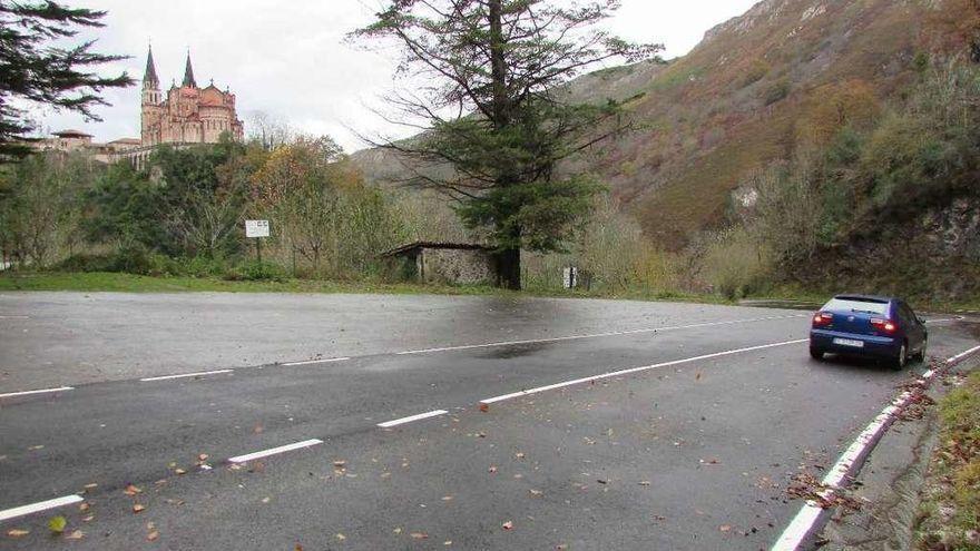 La nieve obliga a cerrar la carretera de subida a los Lagos de Covadonga